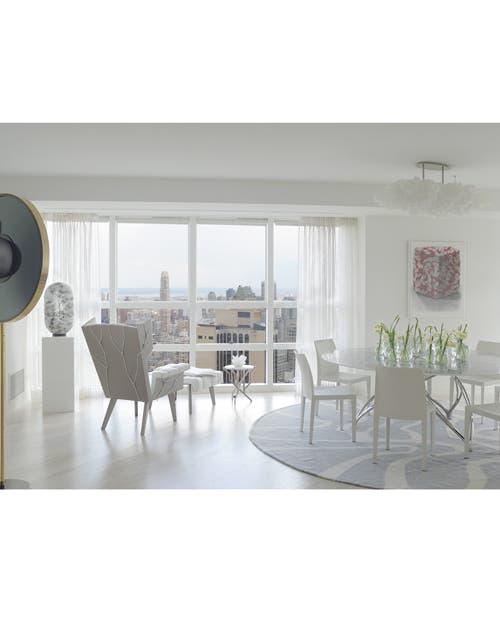 De cara al cielo: el ventanal y los sillones de cuero y acero Fredersen Miami Wingchair, una edición limitada de Krinen/Gille, invitan a contemplar el paisaje neoyorquino.