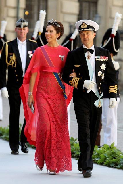 Mary de Dinamarca deslumbró con un llamativo vestido de color coral.. Foto: /AP y Getty