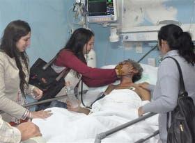 Raúl Fernando Gómez Cincunegui, ayer con sus familiares en el Hospital Rawson de San Juan