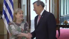 Malcorra y Nin Novoa se saludan en el Ministerio de Relaciones Exteriores de Uruguay