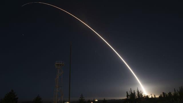 El misil Minuteman 3 es disparado desde California