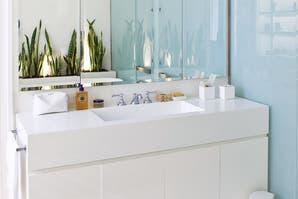 Un baño con detalles modernos