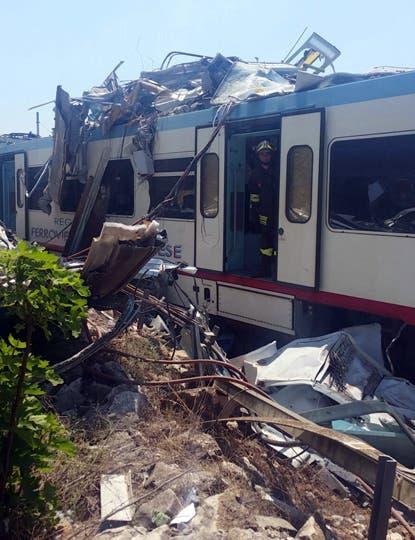 Chocaron dos trenes de frente en el sur de Italia: varias personas murieron y otras tantas resultaron heridas. Foto: Italian Firefighters/Handout vía Reuters