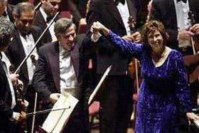 Benzecry saluda de la mano de Boldorini; detrás, la orquesta