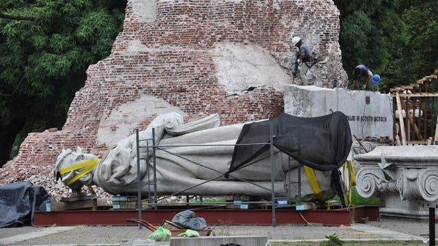 El monumento a Cristóbal Colón aún está desarmado frente a Aeroparque
