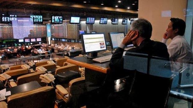 Wall Street sube por minutas de Fed, pero Trump siembra dudas