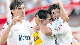 Nieto y De Federico se suman al festejo de Toranzo, autor del cuarto gol