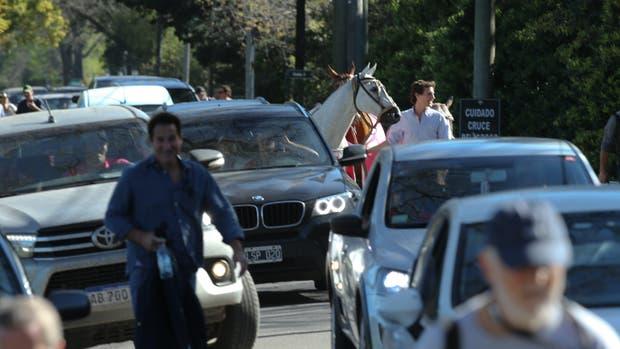 La mudanza de caballos, autos y espectadores, de la cancha 6 a la 4, tras la interrupción de Alegria vs Cria Yatay