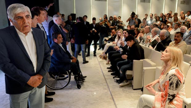 Hugo Moyano y su esposa Liliana Zulet, anteayer en la reinauguración de una clínica gremial