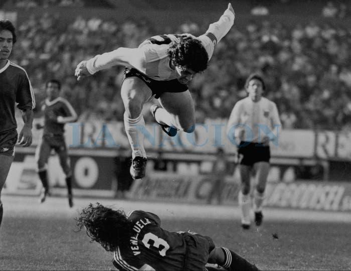 9-6-1985: eliminatorias en el Monumental, levanta vuelo ante Venezuela.. Foto: LA NACION