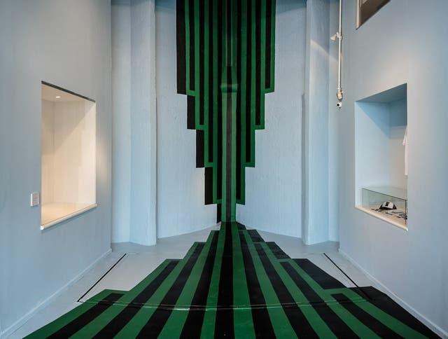 Una pintura de Roberto Aizenberg fue reproducida sobre la pared y el piso como fondo para selfies