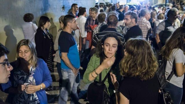 La gente comenzó a reunisrse alrededor de las 20 en la esquina de Pellegrini y Ayacucho, a metros de la puerta del Instituto Politécnico de Rosario