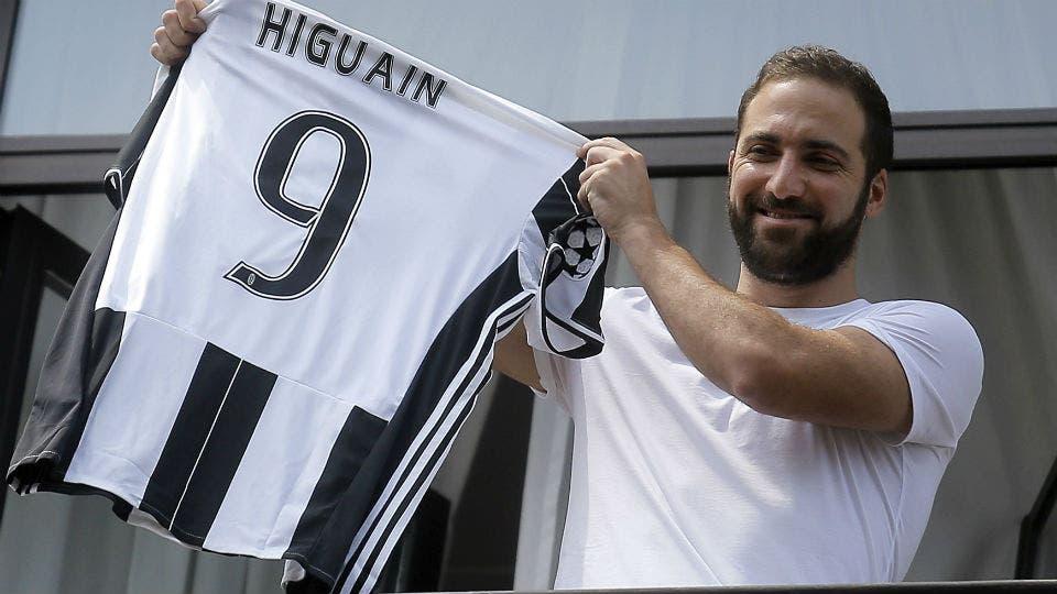 Higuaín con su nueva camiseta