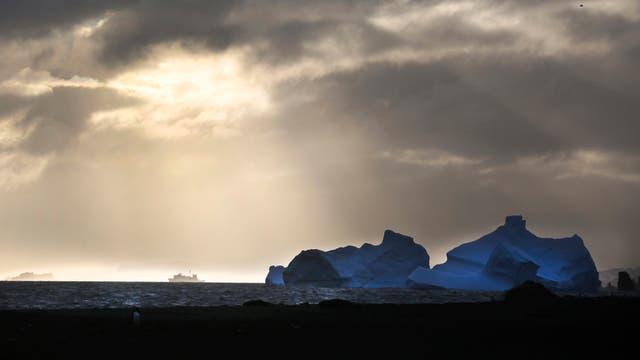 Tempanos a la deriva y un buque a lo lejos en la Caleta Poter, base Carlini, en la Antartida. Foto: LA NACION / Fernando Gutierrez