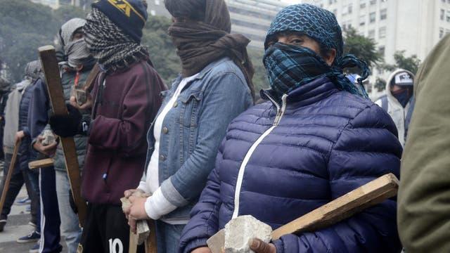 Los manifestantes de Quebracho, encapuchados, con piedras y palos