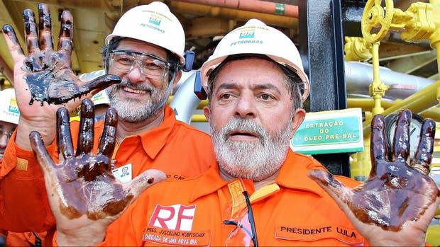 Lula muestra sus manos con petróleo, en una visita que hizo a una planta de Petrobras en 2008