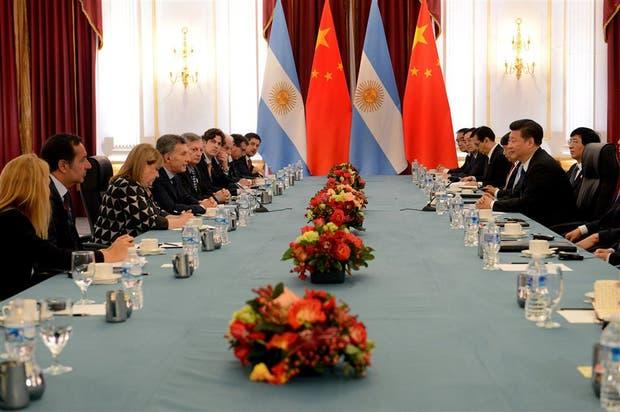 Macri y Xi, rodeados por sus ministros, durante la reunión bilateral, que duró media hora