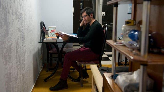 Enrique Rzonsinski, de 27 años, en el monoambiente que alquila en Palermo. Conseguir una vivienda propia fue lo que más le costó cuando dejó el hogar. Hoy está por recibirse de técnico en comercio internacional y trabaja en una empresa.