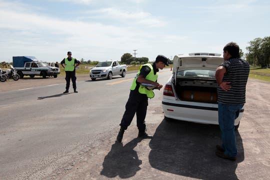 Los efectivos llegaron al lugar guiados por perros utilizados por los investigadores. Foto: LA NACION / Jorge Bosch