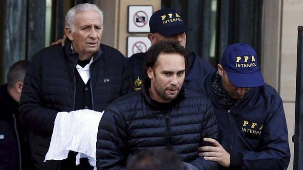 Hugo y Mariano Jinkis, cuando fueron detenidos por el escándalo del FIFAgate. Su empresa sigue facturando