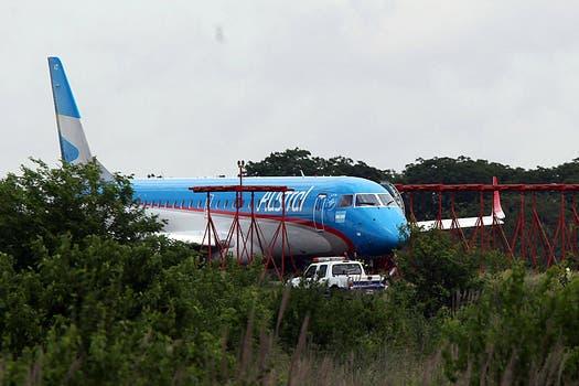 Debido a la  fuerte tormenta un avión de Austral despistó ésta mañana al aterriza en Ezeiza. Foto: LA NACION / Ricardo Pristupluk