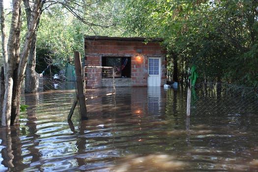 Muchas familias se sorprendieron con el río dentro de su casa. Foto: LA NACION / Ricardo Pristupluk