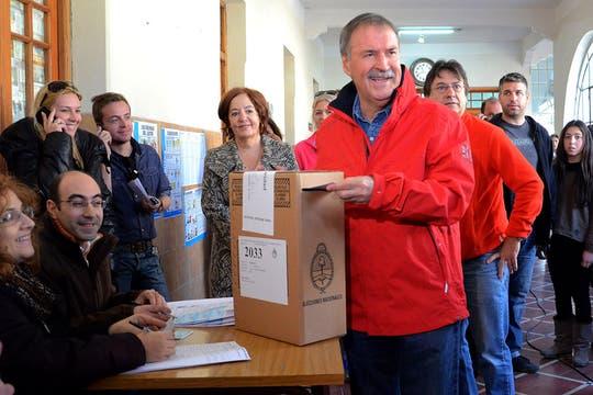 El primer precandidato de Unión por Córdoba, Juan Schiaretti, vota en la mesa 2033 del  Colegio Villada. Foto: Télam