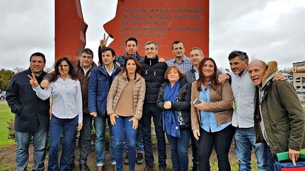 Randazzo ayer en Saladillo, con el equipo que lo acompaña en sus recorridas