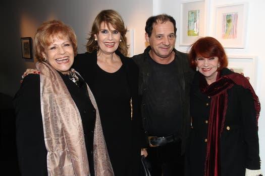 Chávez con las actrices María Rosa Fugazot, Marita Ballesteros y Adriana Aizemberg. Foto: Gerardo Viercovich