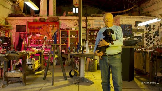 El escultor Hernán Dompe, en su taller