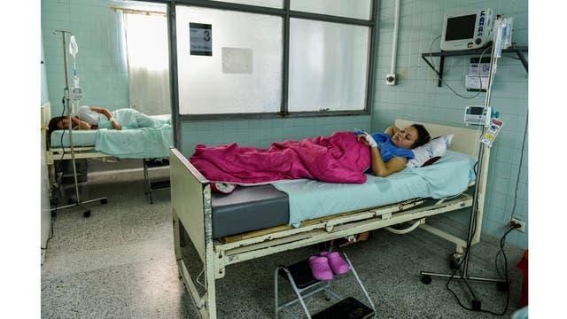 Dayana Zambrano y Joselis Canas descansan mientras esperan su fecha de parto en el Hospital Universitario Erasmo Meoz de Cucuta,