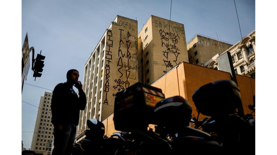 Un edificio pintado por pichadores