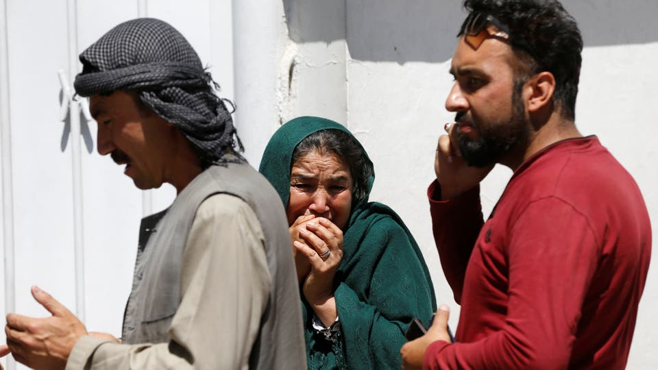 Familiares de las víctimas esperan en la puerta de uno de los hospitales de Kabul. Foto: Reuters
