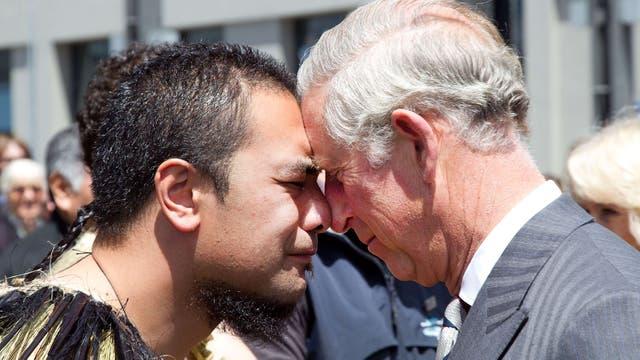 Recibe un saludo Maorí durante una visita a Nueva Guinea en el 2012