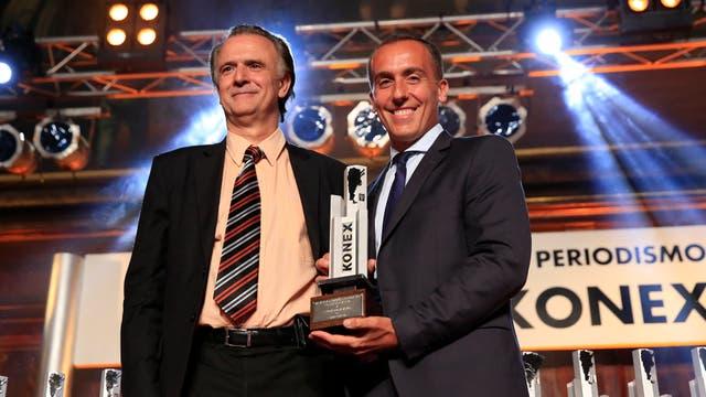 Hugo Alconada Mon recibe su premio