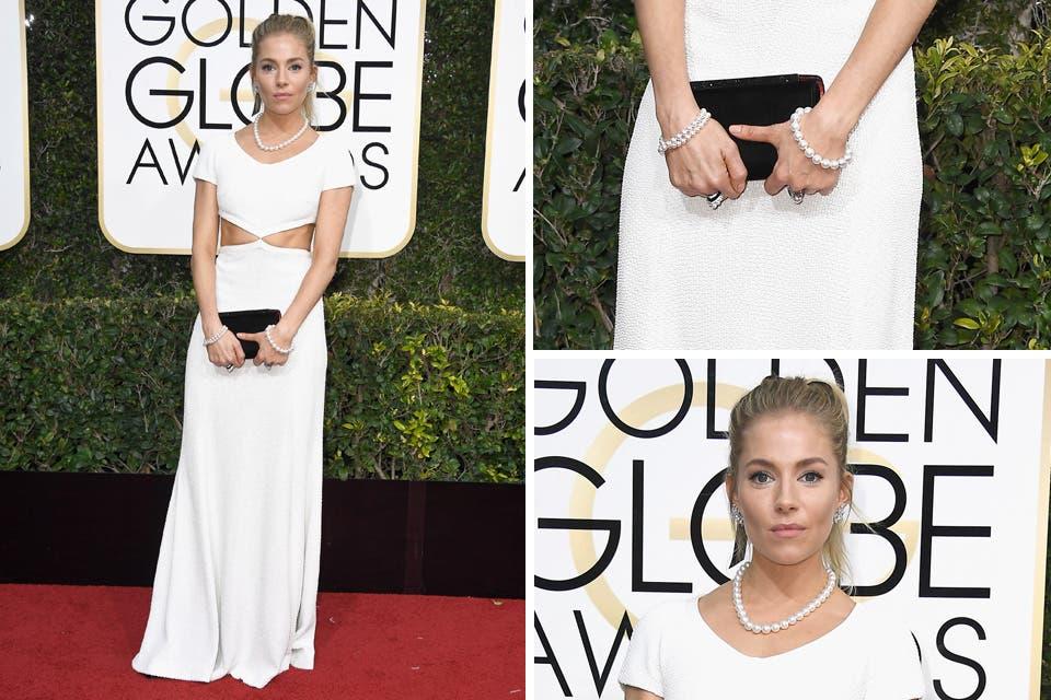 Vestido blanco con recortes para Sienna Miller; ¿Quién creó el vestido? ¡Michael Kors!. Foto: OHLALÁ! /Reuters, AFP