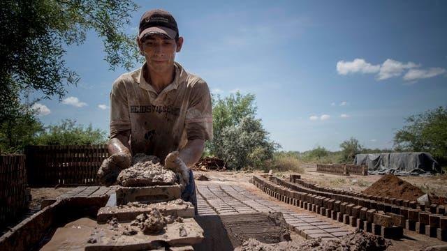 El ladrillero Santiago Cáceres debe paliar el calor de los hornos