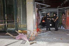El taxi embistió una autobomba y se incrustó contra el comercio