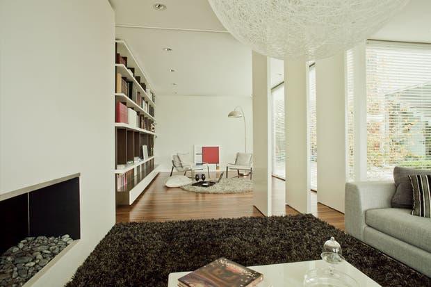 Se diseñó una biblioteca (Joaquina D Amico) de piso a techo para destacar la doble altura de las paredes de la casa..