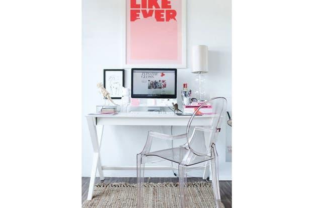 Con la silla como protagonista, un espacio femenino con detalles en distintas gamas de rosa. Foto: Capecodcollegiate.