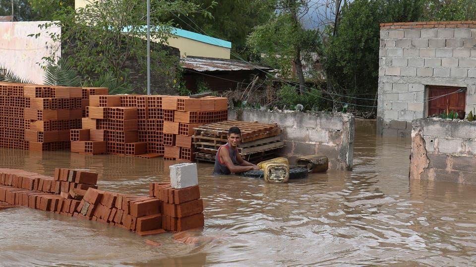 Los vecinos interntan rescatar sus pertenencias y que no se las lleve el agua. Foto: LA NACION / Fernando Font