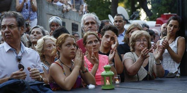 Cientos de vecinos se acercaron al homenaje al fallecido fiscal Nisman, ayer, en la plaza Alemania, en Palermo