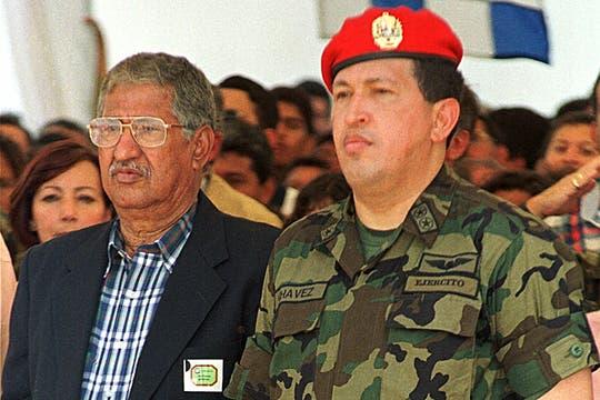 Junto a su padre Hugo de los Reyes Chávez en un acto en mayo de 1999. Foto: Archivo