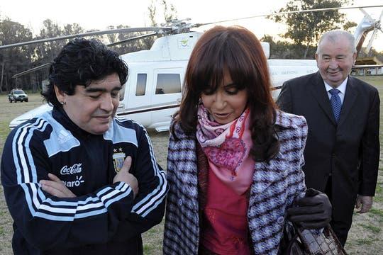 agosto de 2009. La Presidenta, Maradona (como  técnico de la selección nacional de fútbol) y Grondona, presidente de la AFA, en el lanzamiento de Fútbol para Todos, en Ezeiza. Foto: Archivo