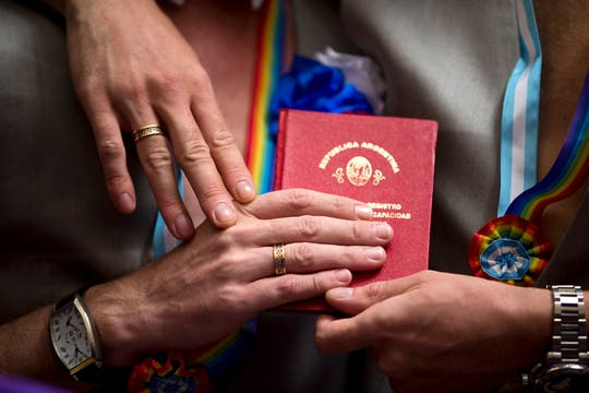 Los rusos Alexander y Dimitri contrajeron matrimonio en la Argentina y pedirán asilo polítco. Foto: AP
