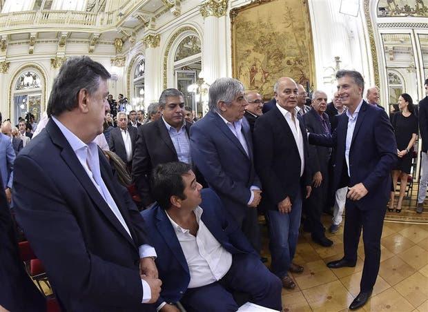 Macri saluda a Venegas, Moyano, Triaca y Negri, tras el anuncio de Ganancias