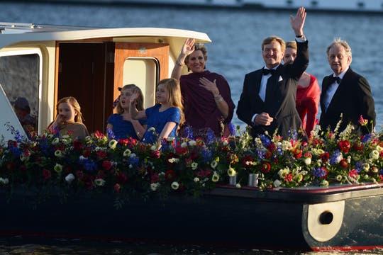 Los reyes de Holanda navegan por el río Ij en una fiesta de música y color. Foto: LA NACION / Adrián Quiroga