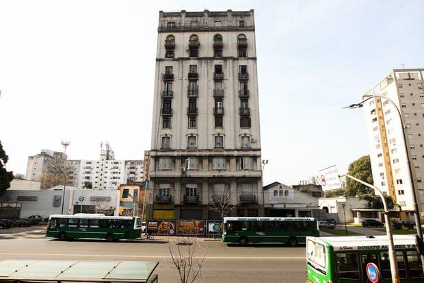 El frente del edificio en Paseo Colón
