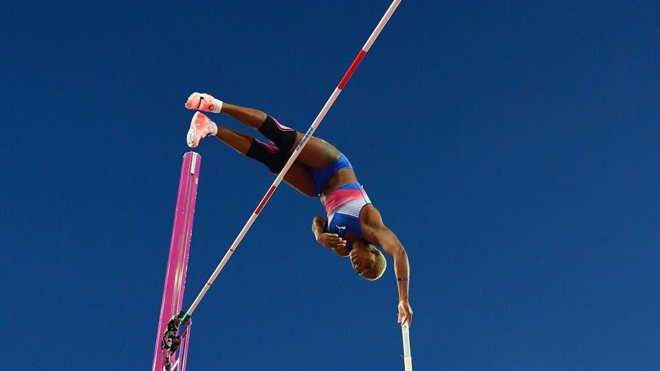 La cubana Yarisley Silva compite en la final del torneo femenino de atletismo de salto de garrocha. Foto: AFP