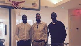 Luis Scola, entre Marvin Williams y Akil Mitchell, otros dos jugadores con los que realizó una pasantía en la NBA